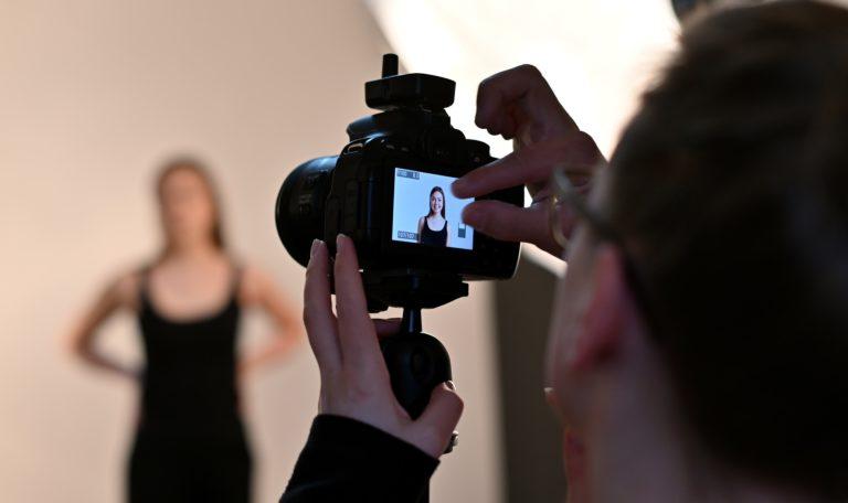 Komm zum Casting von ucm.agency und lass uns Fotos für dein Portfolio erstellen