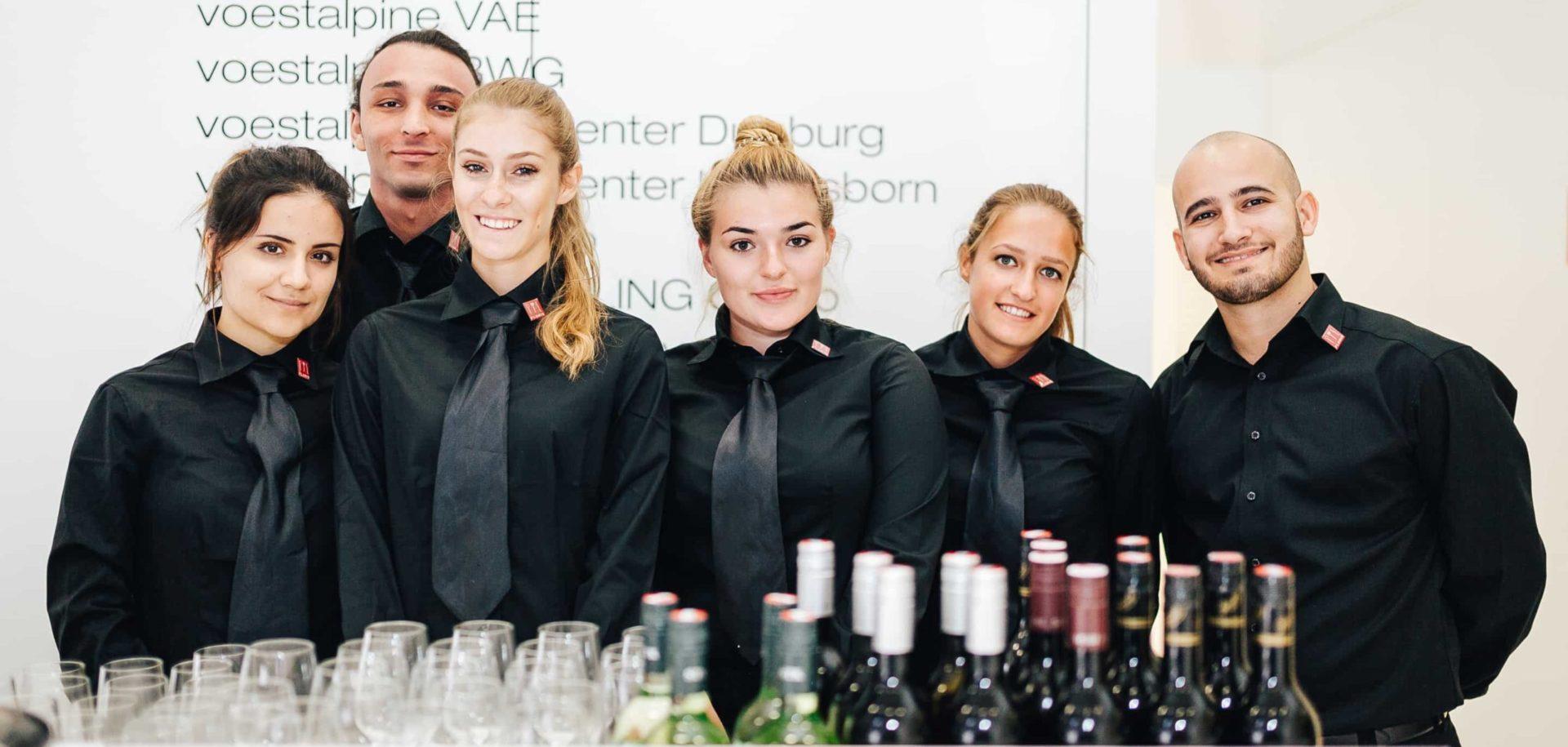 Die Kellnerinnen und Kellner von ucm.agency beherrschen alle wichtigen Regeln der gehobenen Gastronomie sicher